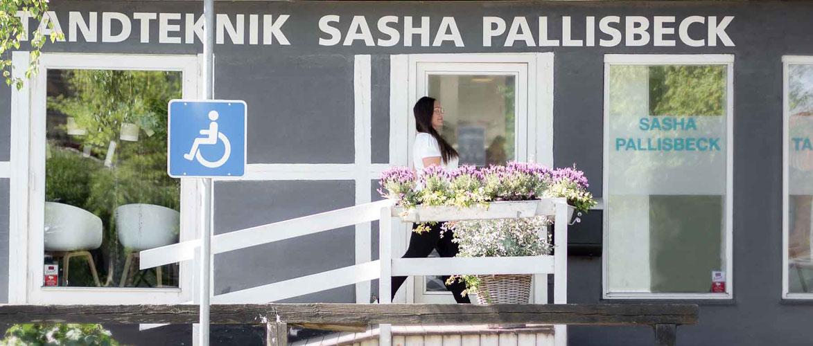 sasha foran indgangen til handicapvenlig klinik i roskilde